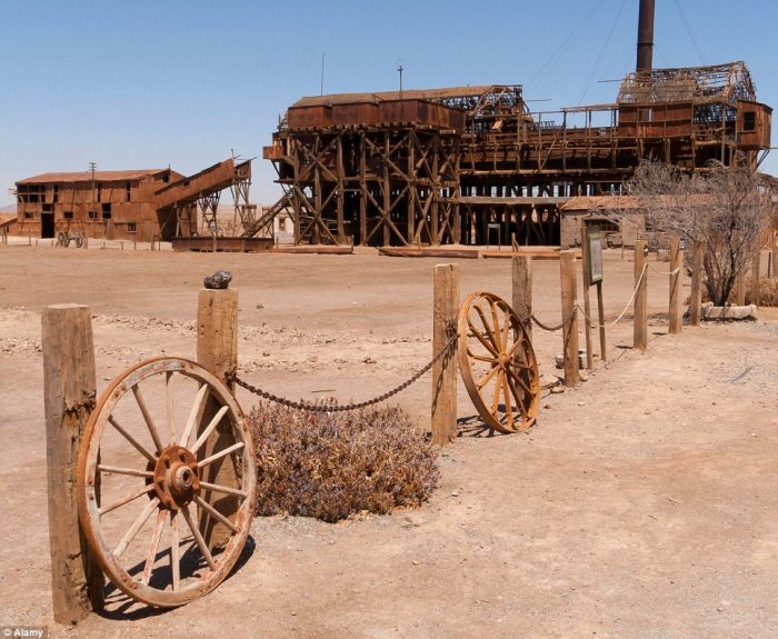 A mile from Humberstone, Santa Laura, established in 1872, was a smaller mining plant with 450 families during the booming 1920s but closed up in 1958